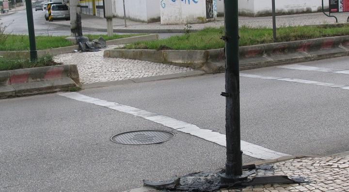 vandalismo_papeleirasincendiadas