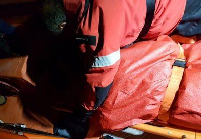 Pescador resgatado e transportado ao hospital