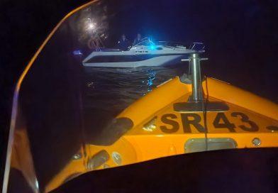 Embarcação de recreio com dois tripulantes a bordo fica em dificuldades